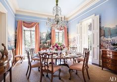 Socialite Patricia Altschul's House in Charleston. An antique Zuber wallpaper depicting Revolutionary War scenes lines the dining room; the Waterford chandelier is from Nesle, and the dining table is English. Architectural Digest, Patricia Altschul, Mario Buatta, Deco Rose, Home Decoracion, Charleston Homes, Charleston Style, Southern Homes, Southern Charm