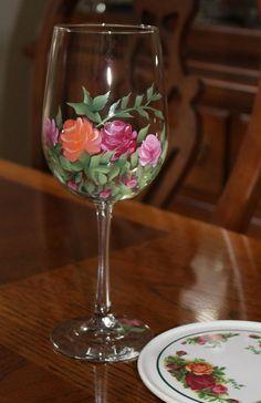 Dos elegante pintado a mano de copas de vino con rosas típicas de un viejo jardín inglés del país.  Los vidrios medida 9 1/4 altura 18,5 onzas.  Si las gafas son un regalo que yo sería feliz con una tarjeta de regalo con tu mensaje personal. Además cada vaso se puede personalizar mediante la adición de nombres y fecha a la base, generalmente en color oro. Para cualquier solicitud solo enviame un mensaje con la Nota al vendedor cuando realizar el pedido.  Para ver más de mis anteojos... h...