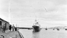 """Finnmark fylke Vardø """"Håkon Jarl"""" på vei mot kai 1955 Foto Finn Nordstrøm"""