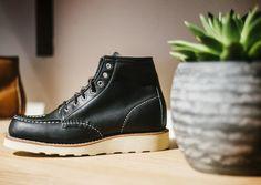 Vor über 100 Jahren verkaufte Charles Backman den ersten Red Wing-Lederschuh in den USA. Seit 2016 ist das Traditionsunternehmen mit einem eigenen Laden in Wien ansässig. Dr. Martens, Combat Boots, Wedges, Usa, Shopping, Shoes, Fashion, Fashion Styles, Leather Shoes