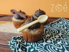 Cupcakes também podem ser presentes! Estes aqui foram feitos para o aniversário do meu dindo Almiro, o gourmet da família Britto. #zoebakes #cupcakes #chefcupcakes #cupcakegift #bananacupcakes #chocolate #chocolatespoons