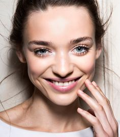 When it comes to beauty, mascara is essential. Here's how to apply mascara for truly stunning eyelashes. Best Lashes, Best Mascara, Fake Lashes, False Eyelashes, Feather Eyelashes, Mascara Waterproof, Top Makeup Artists, How To Apply Eyeliner, Vacation