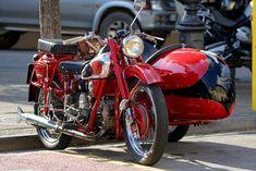 Un viaggio dentro il vino: un sidecar Moto Guzzi a Panzano in Chianti Moto Guzzi, Sidecar, Racing, Motorcycle, Italy, Vehicles, Running, Italia, Auto Racing