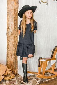 Piękna i wygodna sukienka aQademia SUNNY AUTUMN. Z dekoltem w szpic i guziczkami przy rękawach <3