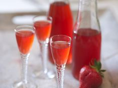 Vin de fraise Strawberry wine – a bottle of white wine, strawberries, powdered sugar Cocktail Recipes, Wine Recipes, Sangria Punch, Strawberry Wine, Homemade Liquor, Refreshing Cocktails, Fruit Smoothies, Clean Eating Snacks, Food Inspiration