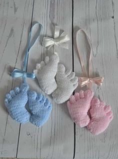 Babyfüße The Baby Feet knitting pattern is an easy and cute little pattern. Made in one piece it can be a pram charm or made as a memento of a new arrival. Baby Knitting Patterns, Knitting For Kids, Double Knitting, Baby Patterns, Free Knitting, Knitting Projects, Crochet Projects, Crochet Patterns, Knitting Toys