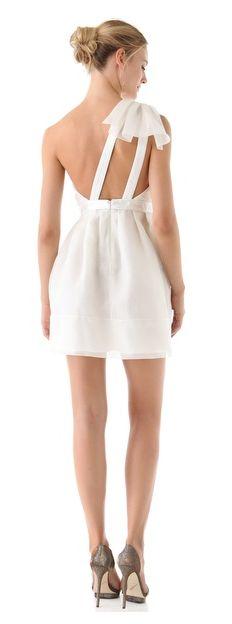 Jolie robe: une mariée en robe courte (pour un prix tout riquiqui)