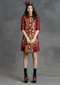 Я с огромным удовольствием хочу познакомить вас с чудесным lookbook сезона осень-зима 2015-2016 от итальянского модного дома Dolce & Gabbana. Новая коллекция у дизайнеров получилась большой и интересной, она порадует вас не только ультрасовременными новинками и привлекательными деталями, но и прекрасными фасонными и силуэтами, качеством ткани и, прежде всего, практичностью!