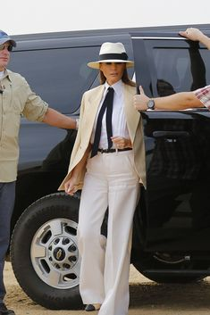 Melania Trump, from first lady to model of an impromptu photo shoot - Melania Trump, from first lady to model of an impromptu photo shoot. Classy Outfits, Chic Outfits, Fashion Outfits, Womens Fashion, Fashion Tips, Fashion Design, Ladies Fashion, Work Outfits, Summer Outfits