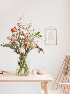 Gerade im Frühling bieten sich gemischte Sträuße mit Zweigen an. Der Blumen-Abo-Service Bloomon.de macht es mit diesem hübschen Arrangement vor und kombiniert zu Rosen und Amaryllis hübsche Zweige mit Blüten und Beeren.