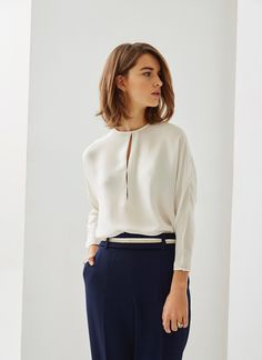 Loose-fitting blouse that has a crew neck and elegant slits down the center front. It has three-quarter-length dolman sleeves and a single-button keyhole opening in the back. It also has button cuffs. Classy Outfits, Casual Outfits, Fashion Outfits, Look Office, Work Looks, Blouse Outfit, Office Fashion, Office Outfits, Minimalist Fashion