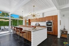 This post and beam Palm Springs California home is under offer but I feel like its worth sharing. Who doesn't love the modernism Palm Springs represents Modern Kitchen Tables, Modern Kitchen Island, Mid Century Modern Kitchen, Modern Kitchen Cabinets, Kitchen Sets, Modern Kitchen Design, Modern Kitchens, Tulip Dining Table, Teak Dining Table