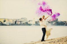 La plus grande tendance en matière de photographie lors des mariages? Les bombes de couleur!  Avec toutes les couleurs de l'arc-en-ciel, les bombes de couleur ajoutent une touche f&eacu