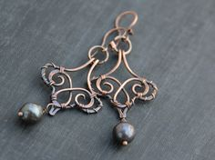 Wire wrap antique copper and black drop pearl chandelier earrings long earrings wire wrapped oxid Wire Wrapped Earrings, Copper Earrings, Copper Jewelry, Wire Jewelry, Jewelry Crafts, Beaded Jewelry, Statement Earrings, Earrings Handmade, Handmade Jewelry