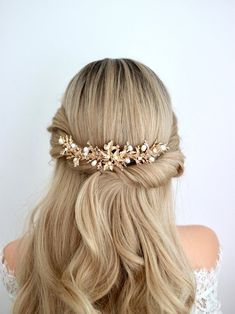 Are you looking for a gold branches hair comb with twigs, maple leaves, and fresh water pearls for your wedding day? I handmade this white pearl and gold twigs hair comb for you. Its inspired by Antler. Low Updo, Half Updo, Fall Wedding, Rustic Wedding, Wedding Ideas, Long Bridal Hair, Bridal Hair Inspiration, Bridal Hairpiece, Tarnished Jewelry