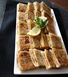 Loempia's maar dan anders! In de Ramadan zag je deze loempia pakketjes met gehakt en groente onwijs vaak voorbij komen op social media. Ze zijn makkelijk om te maken, maar daarnaast ook heerlijk! I Love Food, Good Food, Yummy Food, Turkish Recipes, Indian Food Recipes, Morrocan Food, Spareribs, Snack Recipes, Cooking Recipes