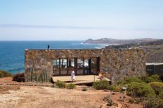 The Casa Cuatro sits above a 180-foot cliff that overlooks the Pacific Ocean.