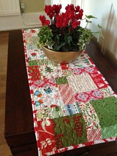 Christmas table runner - I need to go find some Christmas fabric on sale and get started for next year! Table Runner And Placemats, Crochet Table Runner, Quilted Table Runners, Christmas Sewing, Christmas Fabric, Christmas Crafts, Christmas Placemats, Christmas Quilting, Small Quilts