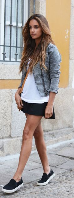 Stella Wants To Die is wearing black slip-ons from Aldo, white T-shirt from H&M and a bag from Su-Shi