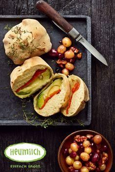 Heumilch-Camembert im Teig gegrillt mit Avocado und Paprika Unser Tipp: Dazu passt ein Trauben-Walnuss-Salat. Dafür 3 EL Olivenöl anrösten, 2 EL Honig, Abrieb und Saft einer Zitrone, 200 g kernlose Trauben sowie Salz und Pfeffer zugeben u nd einige Minuten köcheln lassen. Brunch, Camembert Cheese, Avocado, Dairy, Food, Salt, Milk, Lemon, Red Peppers