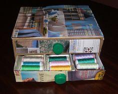 Como construir una caja para los hilos de coser utilizando tres envases tetra brick, cartón y papel con instrucciones detalladas de todo el proceso.
