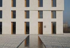 Bürogebäude von Baumschlager Eberle in Lauterach, Fassade, weißer Kies und Wasserbecken