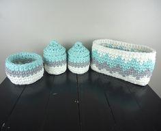Agora você pode organizar as coisinhas do bebê com esse lindo kit higiene de crochê em fio de malha