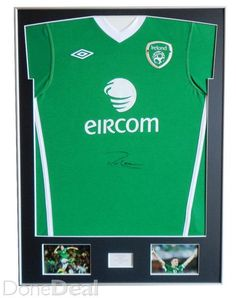 WELCOME TO ICONS.IE, SPORT MEMORABILIA ARTISTIC FRAMINGDisplay Jersey frame Set Silver Aluminium FrameDimensions:Frame size: 80 cm x 60 cm.  Picture's size: 10 cm x 15 cm.Place on engraved plate or print : 7cm x 4cm.Silver Aluminium Frame and Single Mount Board Black or WhiteFits on t-shirts in sizes from S to XLFor any Sport Shirt Display Jersey frameStylish Premium frame consists of acrylic glass, exotic wooden frame, single mount board, board to strech the shirt and backing mdf board…