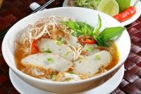 Pokud chodíte často do vietnamských bister, určitě moc dobře znáte nakládaný česnek a není třeba, abych ho tu zdlouhavě představovala. Často jste se nás ptali na jeho recept, proto jsme se ho pokoušely doma samy připravit. Naše pokusy nedopadly úplně podle našich představ a česnek nechutnal tak, jako v bistrech. Teď se mi ale podařilo získat osvědčený recept od šéfkuchaře restaurace Hồ Sen Quán (Lotus) ze Sapy, tak skočte na trh pro česnek a pojďme na to! :)