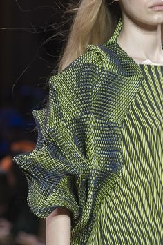 : Photo - Crazy Shirt - Ideas of Crazy Shirt - ISSEY MIYAKE FALL 2017 collection Runway photo of strange crazy shirt ? Would you wear it? Issey Miyake, Fashion Week, Fashion Art, Paris Fashion, Rei Kawakubo, Mode Origami, After Earth, Origami Fashion, Knitwear Fashion