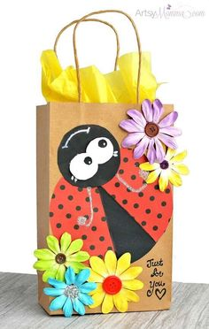 How to make an adorable Ladybug Gift Bag for gifts and party favor bags! Step-by-step photo tutorial using the Xyron® Creative Station Lite. Creative Gift Wrapping, Creative Gifts, Baby Gift Wrapping, Animal Crafts For Kids, Diy For Kids, Craft Gifts, Diy Gifts, Gifts Uk, Decorated Gift Bags