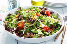 Sprø salat med mathvete, gurkemeie, ruccolasalat, spirer og cherrytomater. Server med dressing av hvitløk, matyoghurt og honning.