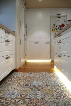 Cocina santos modelo EPOCA en laca seda mate color blanco 880 con tiradores de la casa arcon.Encimera con faldon de 5cm de la casa inalco color crema natural.
