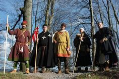 Viaggiare nel 12 ° secolo. Viaggiatori del piede, intorno al 1180 ad, camminando su un passaggio storico nel centro della Svizzera che è stato utilizzato in quel periodo. Comthurey Alpinum, Rievocazione.