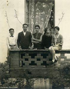 Carlos Veraza, Alfonso Rouaix, Frida, Consuelo Navarro y Cristina, en la Casa Azul, 2 de noviembre de 1926. Foto: Guillermo Kahlo