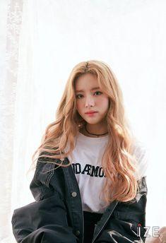 Do you know fromis? Korean Girl Groups, South Korean Girls, Asian Woman, Asian Girl, Pre Debut, Fandom, Selfie, Girl Crushes, Hottest Models