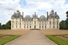 Château de Cheverny - Das #Chateau de Cheverny in #Frankreich ist wohl das am prächtigsten ausgestattete Schloss an der Loire. Das Schloss wurde in der ersten Hälfte des 17. Jahrhundert  für den Grafen Henri Hurault im strengen klassizistischen Barock-Stil errichten und wird noch heute von dessen Nachkommen bewohnt. Das Chateau de Cheverny  befindet sich wenige Kilometer südlich der Stadt #Blois.