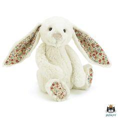 Geef deze blossom cream bunny een dikke knuffel en voel zijn zachte vacht. Deze Jellycat knuffel heeft enorme flaporen afgewerkt met bloemetjes. Hij zal graag zitten waar hij wordt geplaatst, de onderkant van het lijfje is gevuld met korreltjes.