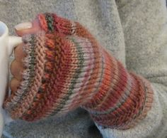Ravelry: houndtooth's fingerless mitts. This is change to > Susie Rogers' Reading Mitts . click on this name in the pattern explained area. Takes you to new name pattern. Free download.