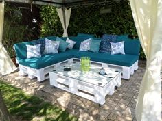 Pallet Furniture DIY Pallet Patio Sofa might have seemed amazing if the vibrant support is placed. Pallet Garden Furniture, Diy Outdoor Furniture, Furniture Ideas, Rustic Furniture, Sofa Ideas, Furniture Buyers, Furniture Vintage, Pallet Furniture White, Furniture Stores