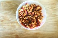 Śliwki pod kruszonką to dietetyczny deser, który możesz z czystym sumieniem zjeść nawet wtedy, kiedy dbasz o swoją figurę. Jest zdrowy i smaczny! Healthy Sweets, Acai Bowl, Nom Nom, Cereal, Oatmeal, Keto, Breakfast, Food, Acai Berry Bowl