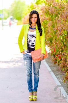 DIY Collar neón con pompones Crímenes de la Moda