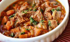 Húsos zöldséges ragu, jó szaftosan – nálunk ez lett a kedvenc!! Slow Cooker Recipes, Meat Recipes, Crockpot, Pots, Hungarian Recipes, Hungarian Food, Stew, Curry, Food And Drink