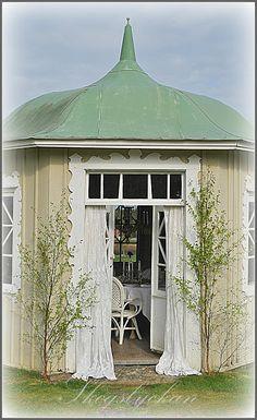 Charming Garden Structure!