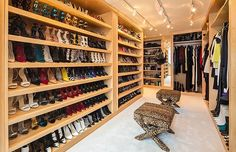 Espaço feito totalmente sob medida tem sapatos de diversas marcas, inclusive a sua. Será que ela usa todos? Confira