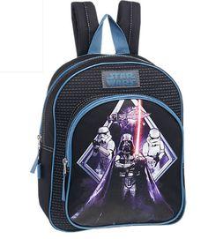 Die Macht ist stark in diesem #Rucksack! Der Rucksack von Star Wars in den Maßen 25 x 32 cm begeistert mit einem aufgedruckten Motiv aus der weltberühmten Science-Fiction-Saga. Zu sehen ist Darth Vader, wie er mit erhobenem Lichtschwert vor zwei Stormtroopern steht, während im Hintergrund ein Sternzerstörer zu sehen ist. Stilecht ist der Rucksack natürlich in Weltraum-Schwarz gestaltet. Ober- und Innenmaterial bestehen aus pflegeleichtem Textil.