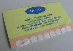 Tarjeta de un dentista. También trae regalo: un poco de hilo dental.