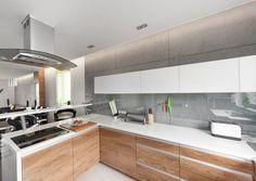 cuisine moderne bois chêne avec un plan de travail blanc et hotte aspirante