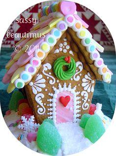 teeny tiny gingerbread house <3