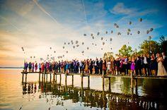 Tolle Idee für die Gäste: kleine Zettelchen mit Wünschen fürs Brautpaar beschreiben, an Luftballons hängen und gemeinsam in den Himmel steigen lassen.